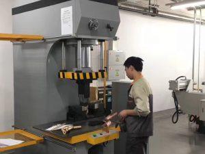 અમારી ફેક્ટરીમાં જાપાન ક્લાયંટ પરીક્ષણ હાઇડ્રોલિક પ્રેસ મશીન